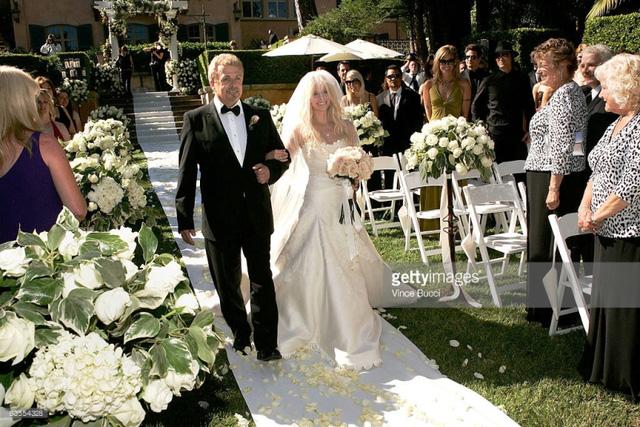 Avril Lavigne là một trong những ngôi sao nổi tiếng lựa chọn váy cưới Vera Wang cho ngày trọng đại.