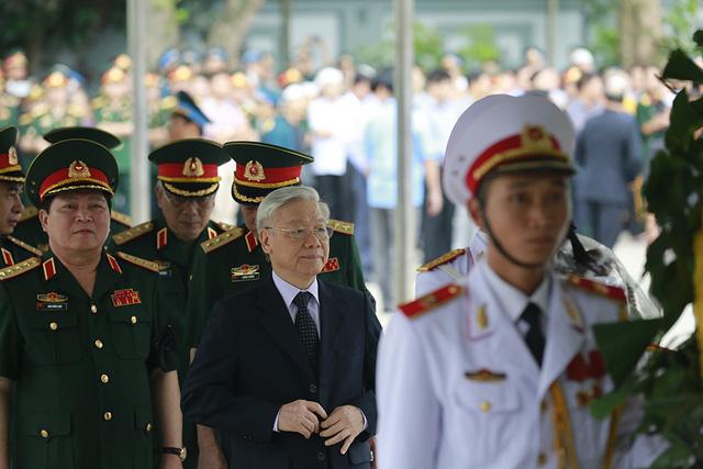 Dẫn đầu đoàn viếng tang là Tổng Bí thư Nguyễn Phú Trọng, Bí thư Quân uỷ Trung ương.
