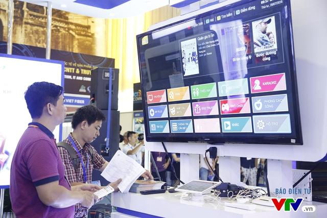 Khách tham quan trải nghiệm công nghệ truyền hình trên internet của VTPT