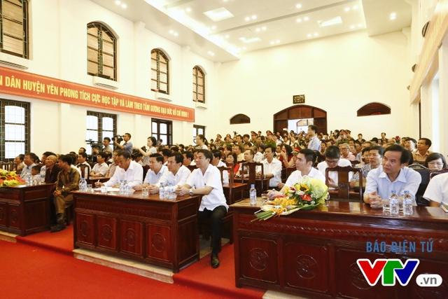 Đại diện cơ quan chức năng và đông đảo người dân có mặt tại buổi công khai xin lỗi ông Thêm