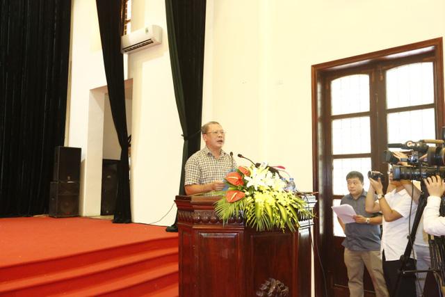 Đại tá Đoàn Tất Kỉnh công bố quyết định đình chỉ điều tra bị can đối với ông Trần Văn Thêm sau 46 năm ông phải chịu án oan (Ảnh: Thanh Huyền)