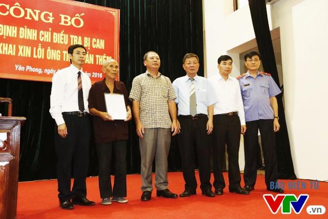 Đại diện Tòa án Nhân dân cấp cao tại Hà Nội, Viện kiểm sát Nhân dân cấp cao tại Hà Nội và cơ quan công an điều tra trao quyết định đình chỉ điều tra cho ông Thêm.