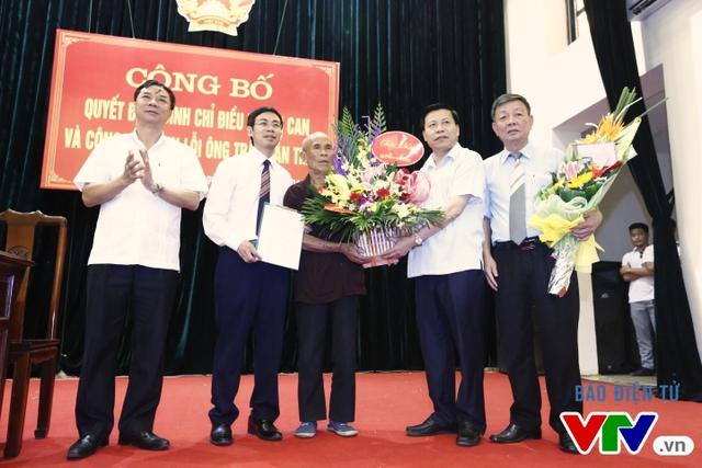 Đại diện UBND tỉnh Bắc Ninh trao tặng hoa cho ông Thêm