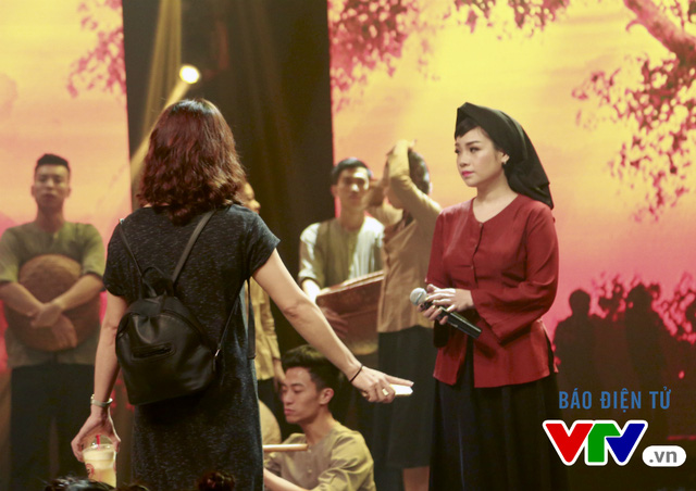 Ca sĩ Ngọc Khuê gặp thử thách khi vào vai bà mẹ nông thôn trong tác phẩm của nhạc sĩ Phạm Duy. Để hóa thân vào vai một cách sống động nhất mang đến một tiết mục thú vị, cô đã phối hợp cùng ê-kíp chương trình và các em thiếu nhi.