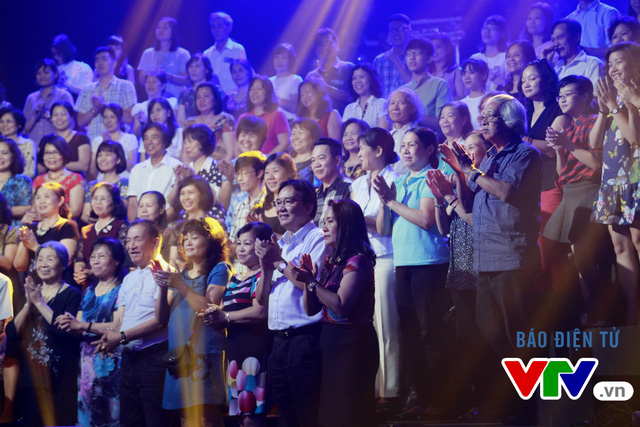 Khán giả tại trường quay là những người góp phần tạo nên không khí ấn tượng cho số đầu tiên của chương trình phiên bản mới. Trong đó, nhiều khán giả lớn tuổi đã theo dõi và hào hứng hát theo các ca khúc.