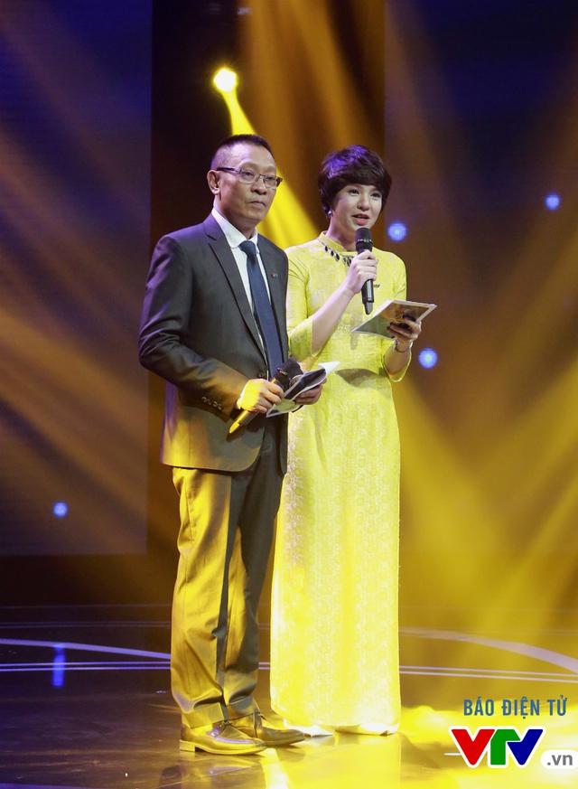 Nhà báo Lại Văn Sâm và nhà báo Diễm Quỳnh có dịp tái hợp cùng nhau trên sân khấu trong vai trò MC chương trình.