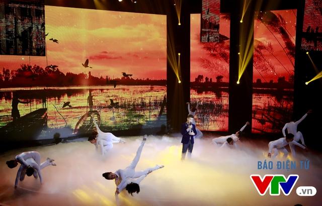 Tiết mục Đàn chim Việt được dàn dựng với sắc màu đỏ hào hùng và hình ảnh những cánh chim biểu tượng cho khát khao hòa bình.