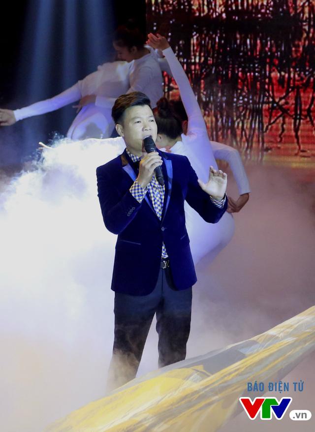 Ca sĩ Vũ Thắng Lợi trình diễn ca khúc Đàn chim Việt, được nhạc sĩ Thanh Phương phối mới.