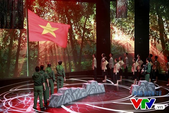 Đặc biệt, phần chào cờ và hát Quốc ca ở cuối tiết mục đã để lại ấn tượng khó quên đối với khán giả.