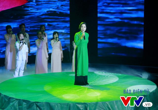Diva Mỹ Linh cũng tham gia chương trình và thể hiện nhạc phẩm Tình ca của nhạc sĩ Phạm Duy.