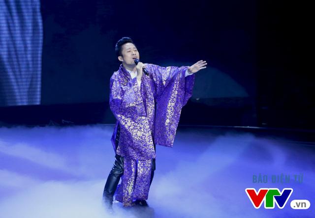 Tùng Dương xuất hiện trong tiết mục Thiên thai với gam màu đầy huyền ảo.
