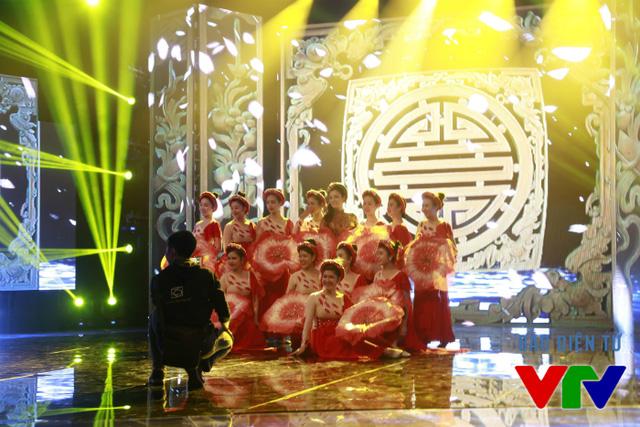 Dàn nghệ sĩ múa tụ hội chụp ảnh bên ca sĩ Tân Nhàn.