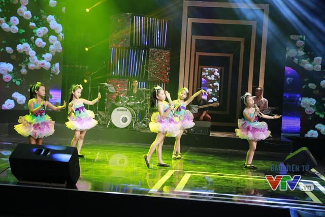 Các em nhỏ Câu lạc bộ Hoạ Mi Hà Nội biểu diễn bài Em là bông hồng nhỏ.