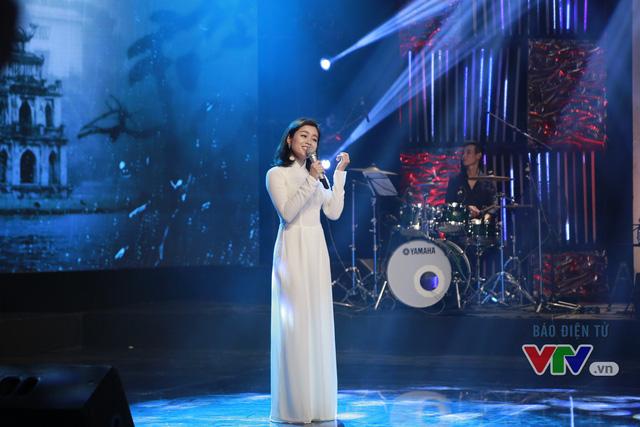 Ca sĩ Hồng Ngọc thể hiện ca khúc Hà Nội đêm trở gió.