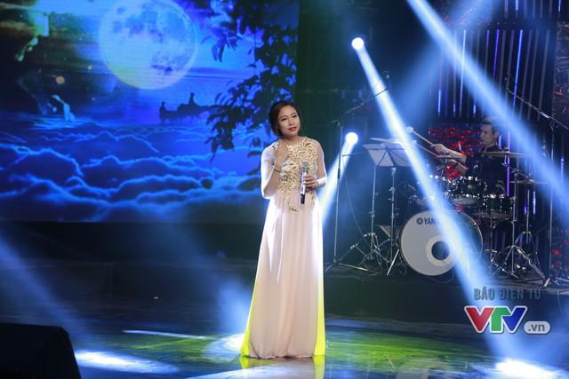Ca sĩ Bích Ngọc thể hiện ca khúc Mẹ yêu con.