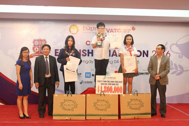 Ở khối 6, thí sinh Dương Minh Khôi - Trường Hà Nội Amsterdam đã giành ngôi vô địch, giải Nhì là thí sinh Nguyễn Phan Ý Nhi (thứ hai từ phải sang) - Trường THCS Nguyễn An Ninh (TP.HCM), và giải Ba là Nguyễn Thị Nhã Văn (thứ ba từ trái sang) - Trường THCS Chu Văn An (Hà Nội).