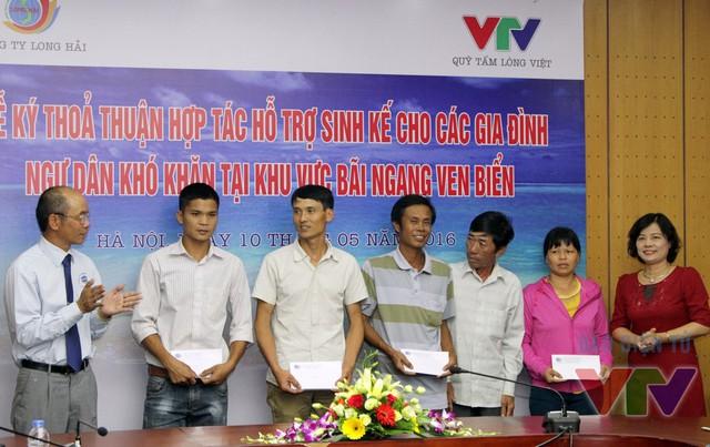Bà Nguyễn Thúy Cầm - Giám đốc Quỹ Tấm lòng Việt - trao quà hỗ trợ cho đại 5 gia đình ngư dân để khắc phục khó khăn (Ảnh: Đức Huỳnh)