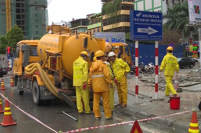 Công ty Thoát nước Hà Nội đã huy động nhiều xe bồn tiến hành nạo vét bùn tại một số tuyến phố.