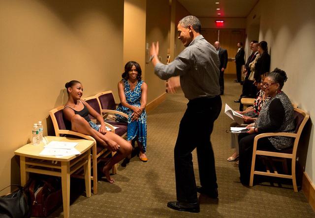 Tháng 6 năm 2013, Tổng thống Obama cho thấy ông là một người cha tốt. Ông khiêu vũ trước mặt cô con gái nhỏ Sasha.