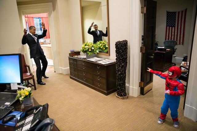 Tháng 10 năm 2012, Tổng thống Obama với khuôn mặt hài hước. Ông thể hiện vai một nhân vật phản diện khi chơi đùa với một cậu bé 3 tuổi (trong vai Spiderman).