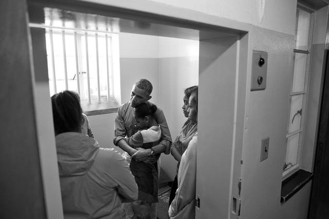 Tháng 6 năm 2013, Tổng thống Obama ôm con gái Sasha trong chuyến thăm nhà tù - nơi đã giam giữ Nelson Mandela ở Nam Phi.