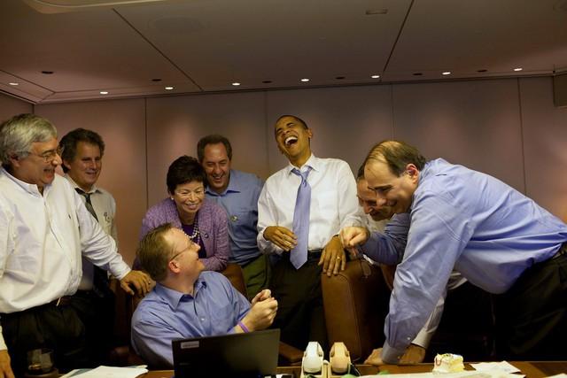 Tháng 11 năm 2009, Tổng thống Obama nói đùa với nhân viên trước Hội nghị thượng đỉnh châu Mỹ ở Singapore.