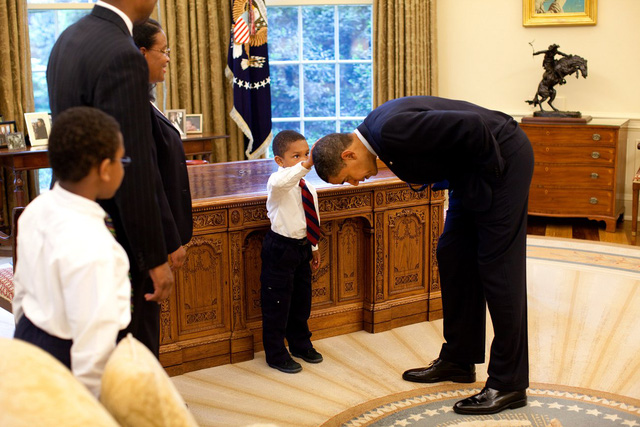 Tháng 5 năm 2009, cậu bé Jacob Philadelphia hỏi Tổng thống Obama có thể để cho cậu sờ tóc ông không và người đàn ông mạnh mẽ nhất trên thế giới cúi mình trước đứa trẻ.