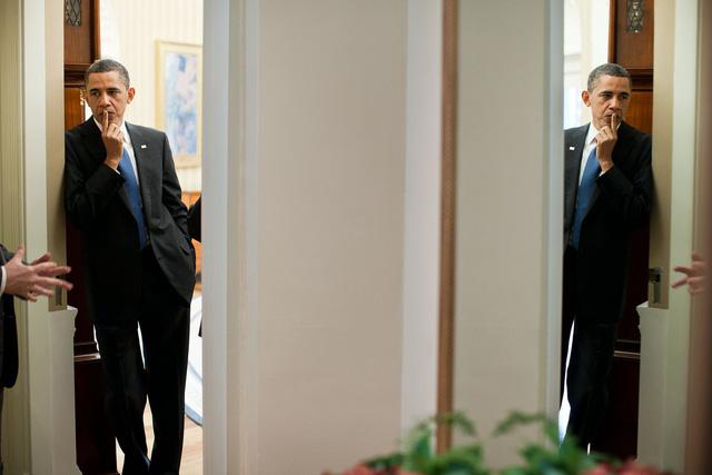 Tháng 4 năm 2011, Pete Souza ghi lại hình ảnh Tổng thống Obama lắng nghe tại một sự kiện. Có vẻ như tổng thống đang cảm thấy những gánh nặng trên đôi vai mình.