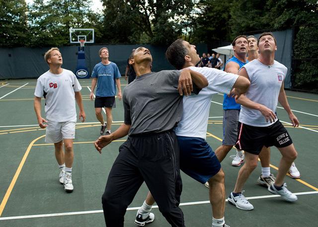 Tháng 10 năm 2009, Tổng thống Obama trong một pha xô đẩy khi ông tham gia một trận đấu bóng rổ tại Nhà Trắng.
