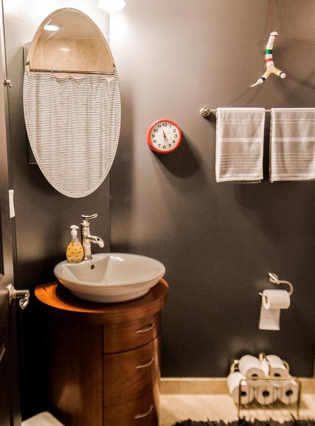Phòng tắm cũng được thiết kế nhỏ gọn và dễ chịu với không gian vintage.