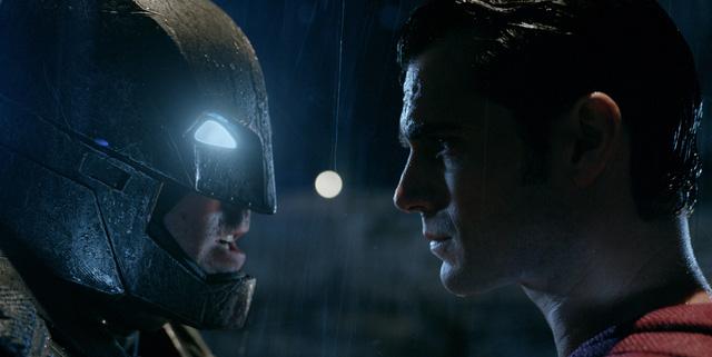 Ben và Henry với tạo hình vai Batman và siêu nhân trong phim. (Ảnh: Comingsoon)