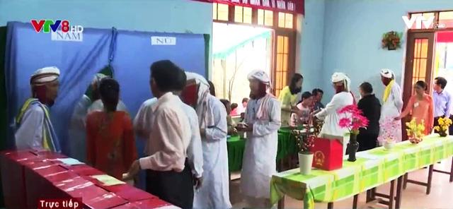 Đồng bào Chăm tại huyện Bắc Bình đi bầu cử.
