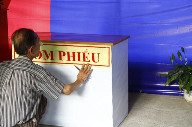Hòm phiếu được đặt tại trung tâm đơn vị bầu cử.