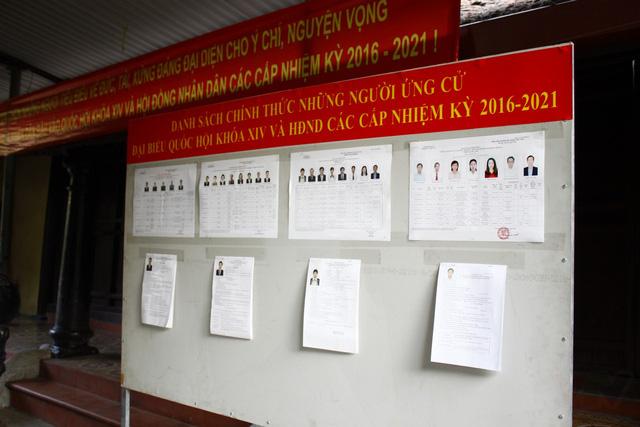 Danh sách các ứng viên đại biểu được dán trên bảng thông tin.