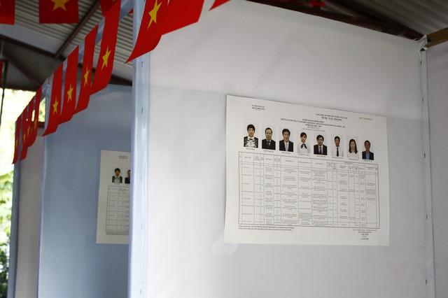 Ngoài việc dán thông tin ở các bảng tin tại địa điểm bỏ phiếu...