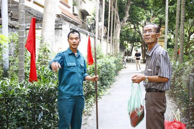Ông Nguyễn Thế Khôi (phải) – tổ trưởng bầu cử tại đơn vị bầu cử số 5 cho biết, công tác chuẩn bị về mặt cơ sở vật chất gần như đã hoàn thành.