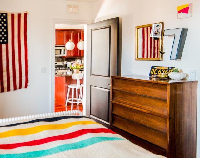 Phòng ngủ được thiết kế không kém phần nổi bật với màu sắc phong phú.