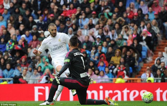 Benzema ghi bàn thắng nâng tỉ số lên 2-0.