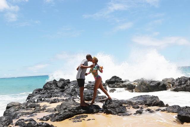 Beyonce mới đăng tải những hình ảnh mới nhất của cô và chồng trên website riêng. Cả hai đã có chuyến đi nghỉ ở Hawaii.