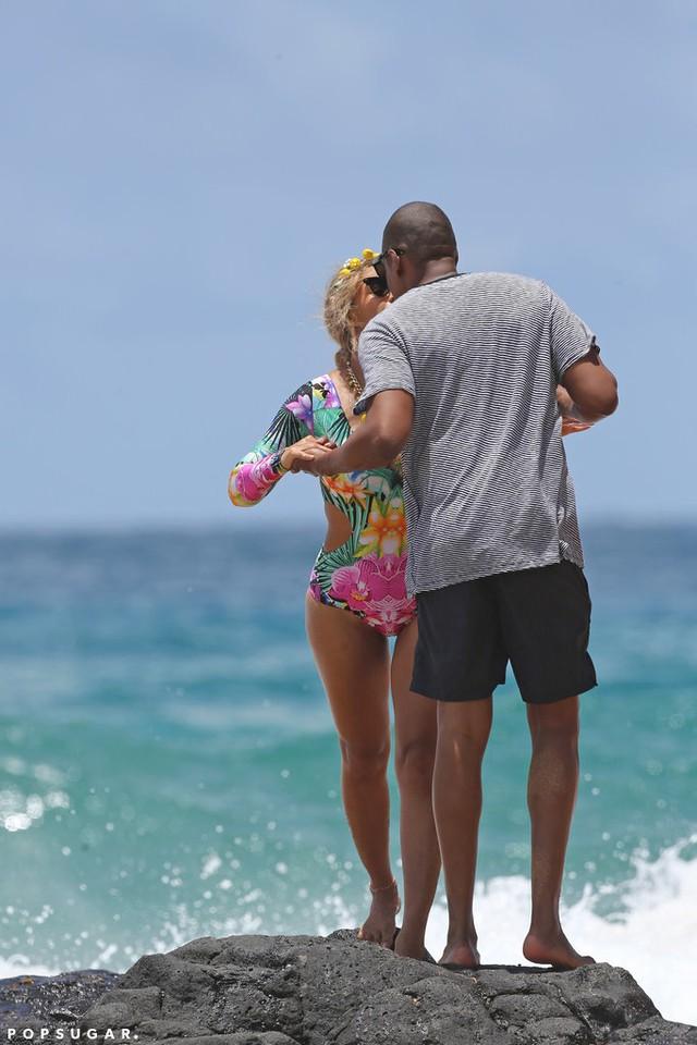 Trong đó, nữ ca sĩ và chồng - rapper Jay-Z - dành cho nhau những nụ hôn đắm đuối.