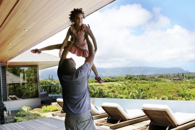 Beyonce còn đăng tải cả hình ảnh Jay-Z thoải mái chơi cùng con gái.