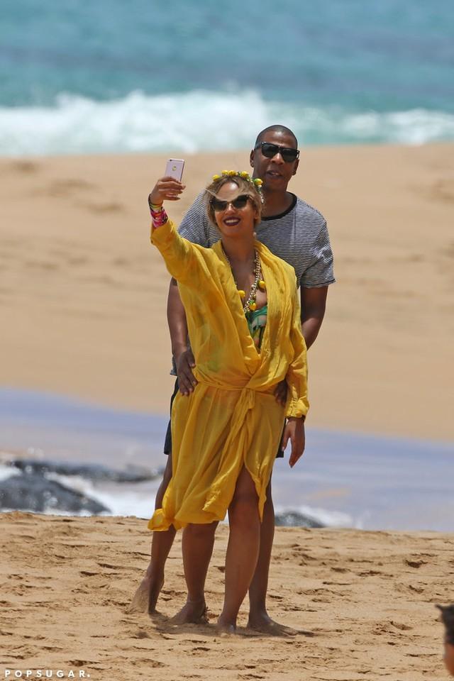 Cô không quên chụp ảnh selfie cùng chồng để lưu giữ khoảnh khắc ngọt ngào.