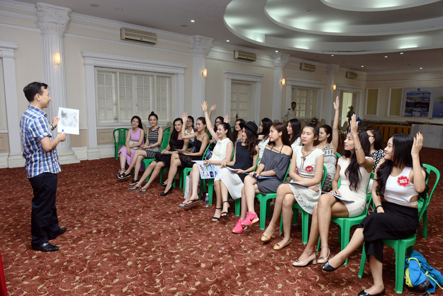Nhà báo Đỗ Xuân Hồng trong buổi tập huấn kiến thức biển đảo cho các thí sinh