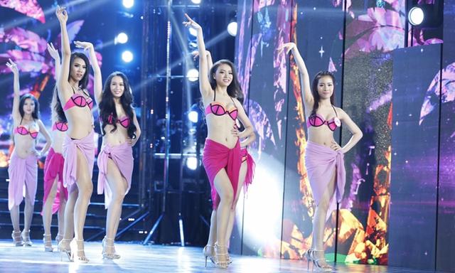 Các thí sinh trong trang phục bikini tại buổi tổng duyệt cho đêm chung khảo Hoa hậu Việt Nam khu vực miền Nam (Ảnh: Hồng Vĩnh/Báo Tiền phong)