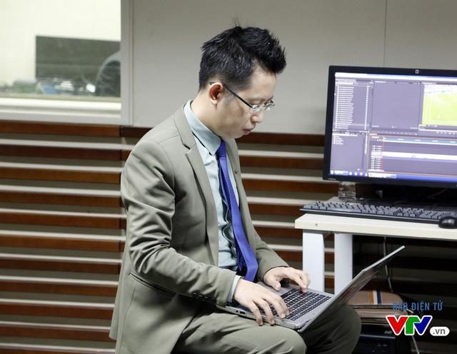 BTV Việt Khuê xem lại kịch bản trước giờ ghi hình buổi bình luận