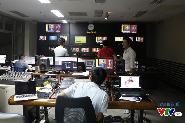 1h sáng - thời điểm các CĐV bóng đá tranh thủ chợp mắt chờ đợi các trận đấu EURO 2016 lúc 2h, đội ngũ biên tập viên, kỹ thuật viên của Ban Sản xuất các chương trinh Thể thao vẫn tập trung chuẩn bị cho buổi phát sóng