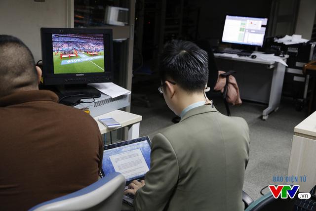 Dù không tham gia bình luận trực tiếp nhưng BTV Việt Khuê cũng phải theo dõi trận đấu để đưa ra những nhận định chính xác trong buổi bình luận giữa trận