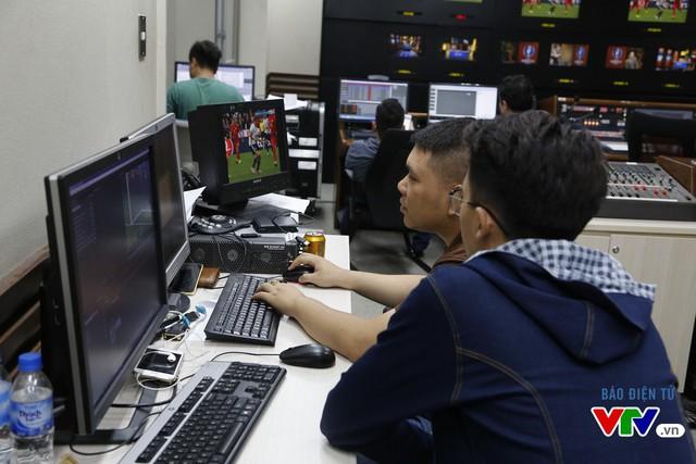 Các kỹ thuật viên cũng làm việc rất tập trung để ghi lại các tình huống đáng chú ý của trận đấu