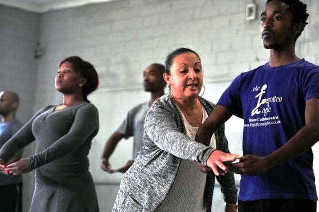 Cô giáo Maria đang hướng dẫn các học viên của lớp học Black Ballet.