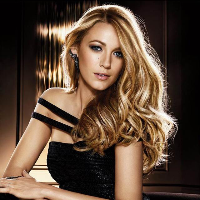 Blake Lively - người đẹp phim Gossip Girl - không kém phần quyến rũ với mái tóc dài vàng óng ả và phong cách nữ tính, đầy quyến rũ.